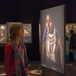 Kijken naar een foto van Jimmy Nelson in het Afrika Museum