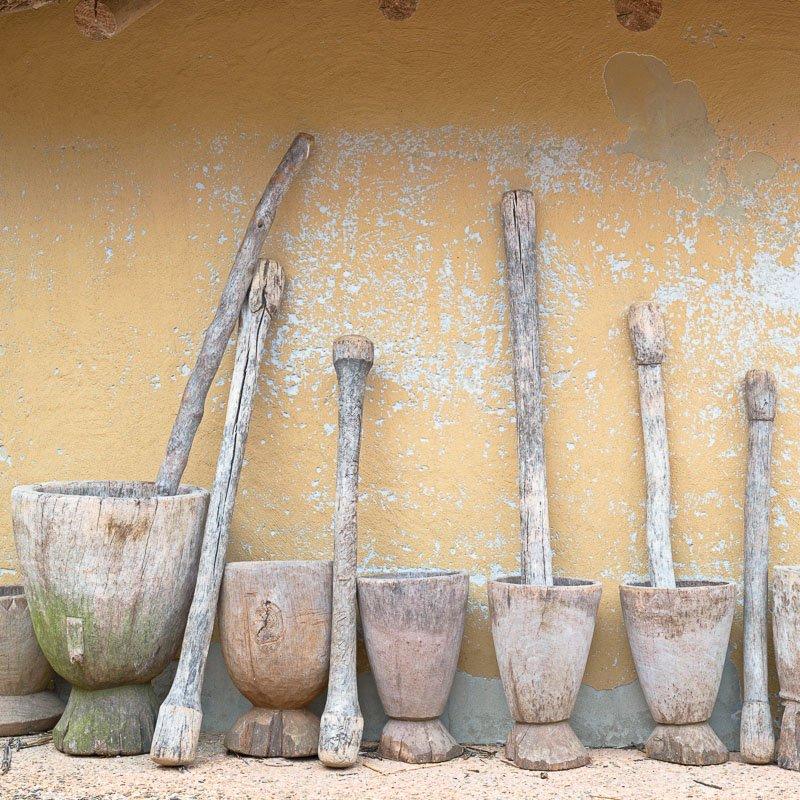 Vijzels voor een nagemaakt hut in het Afrika Museum in Berg en Da