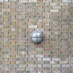 Moderne lamp op de muur van het Afrika Museum in Berg en Dal