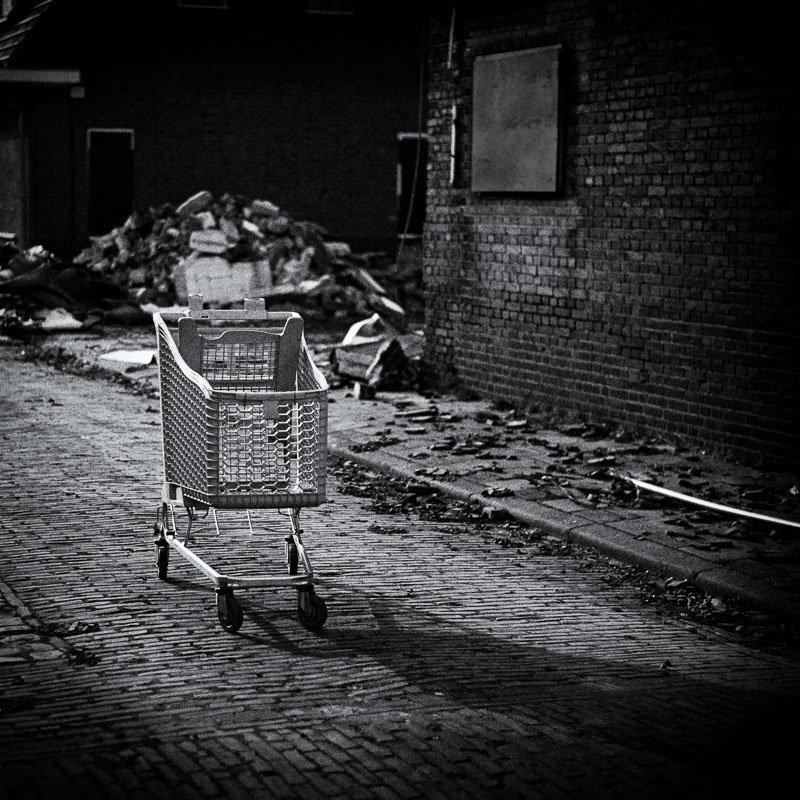 Een verlaten winkelwagen achtergelaten in het Marswegkwartier in Zutphen