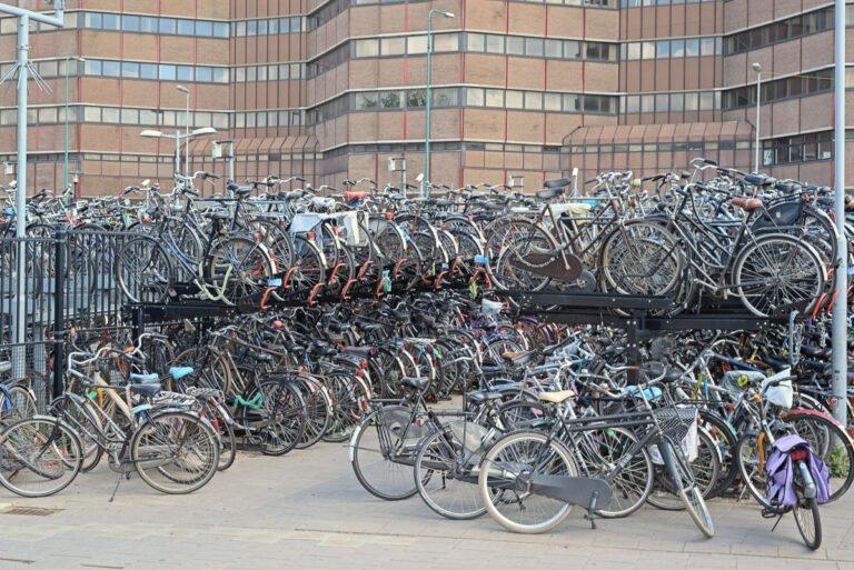 Chaos op Utrecht CS: fietsenstalling met heel veel fietsen