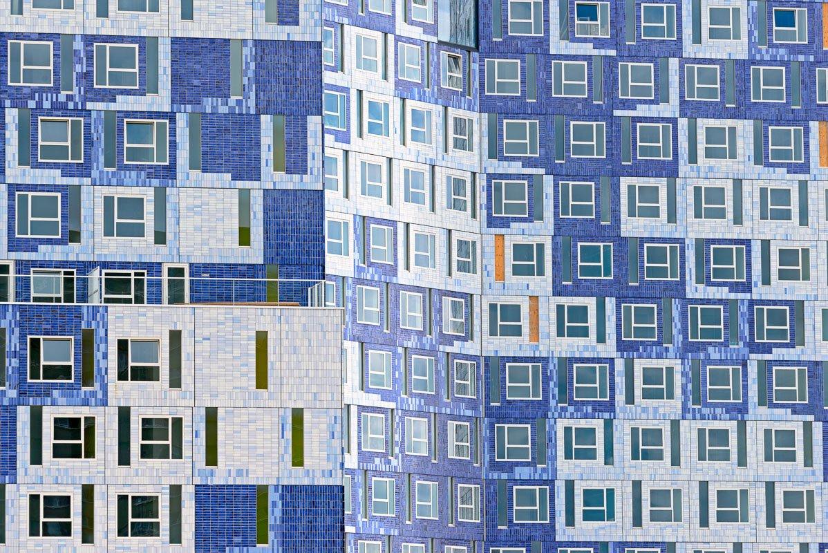 Kleurloos en kleurrijk op de Uithof in Utrecht: een kleurrijk gebouw is de Student Cloud - Johanna