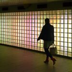 Een treinreiziger loopt door de tunnelpassage van Utrecht CS