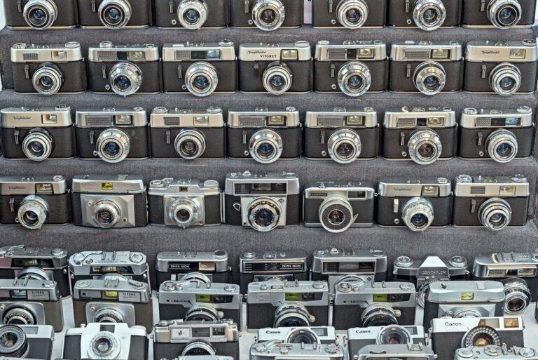 Veel oude chromen fototoestellen op de fotografica markt in Doesburg