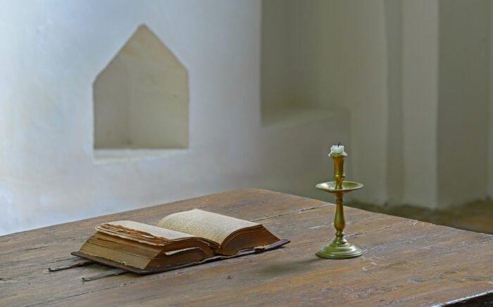Een oude bijbel in de kerk van Westeremden