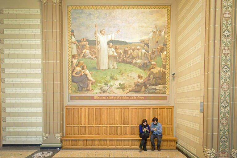 Op je beeldscherm kijken onder toeziend oog van Willibrord in het Rijksmuseum