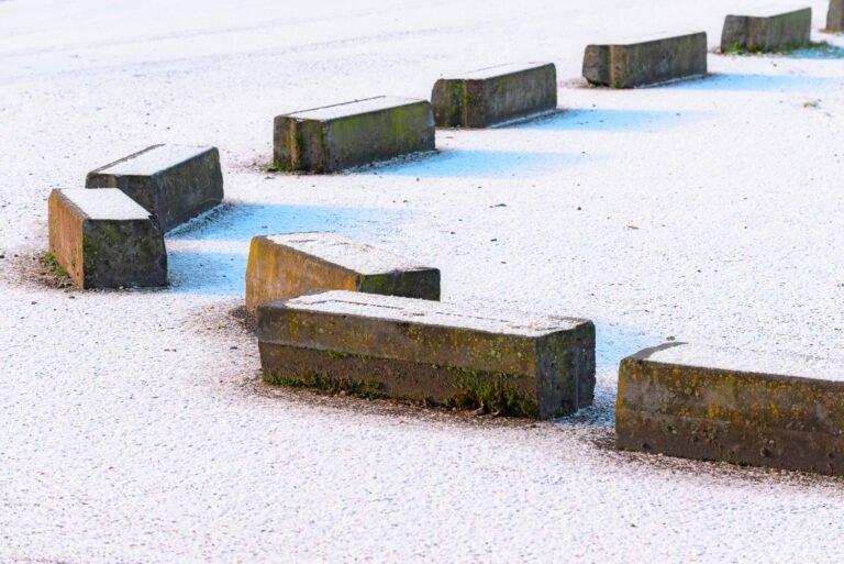 Betonblokken in de sneeuw