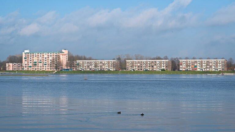 Hoog water - flats in Deventer kijken uit op de IJssel