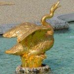 Blingbling - gouden zwaan als spuitfiguur in een fontein in de paleistuin van