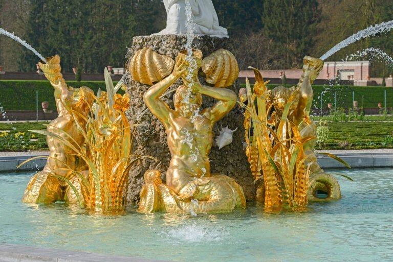 Blingbling met gouden beelden bij het grote fontein in de paleistuin van het Loo.
