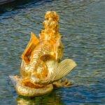 Blingbling - een gouden draak fontein in de paleis tuin van het Loo in Apeldoorn