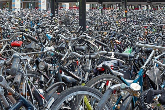 Fietsen in de fietsenstallingen op het station van Amersfoort