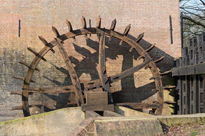 Het waterrad van de watermolen bij het landgoed Hackfort