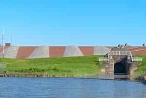 De oude sluis van Noordpolderzijl die buiten gebruik is.