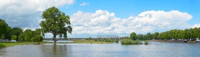 De IJssel bij Deventer met hoog water in de zomer