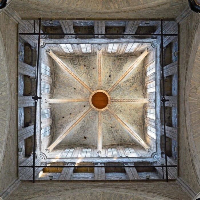 Een blik omhoog in de Sint-Niklaaskerk in Gent