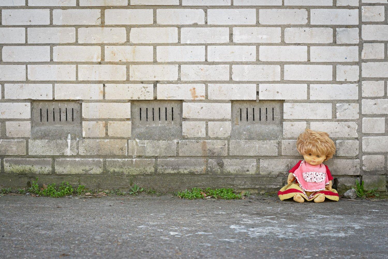 Alleen op de wereld - verlaten pop voor een kringloopwinkel
