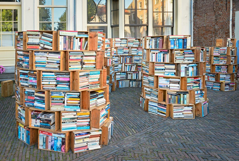 Kraam met boeken in wijnkisten op de deventer boekenmarkt